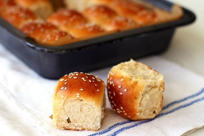 Dinner Rolls wit Sage and brown Butter