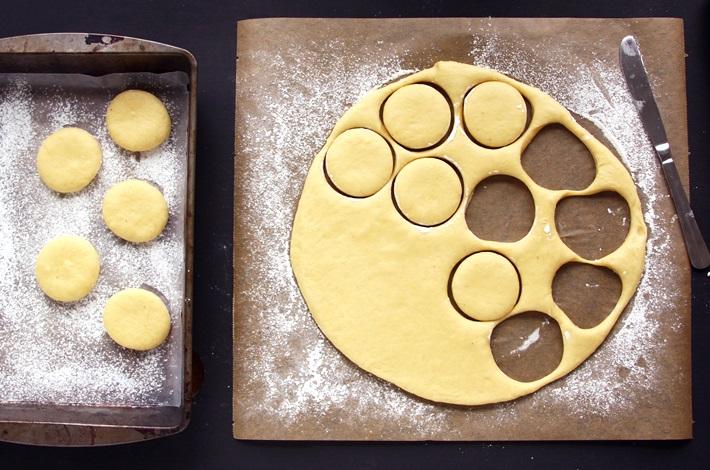 Krapfen recipe - Cutting out Donuts
