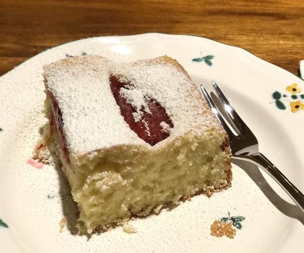 Light plum cake made by User Jenifer following a recipe by www.lilvienna.com